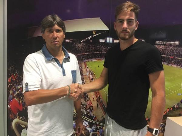 Alfonso Serrano y Carlos Abad-Hernández sellaron el nuevo contrato con este apretón de manos. / CD TENERIFE