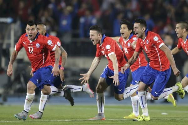 Los chilenos celebrando su victoria tras los penaltis.   REUTERS