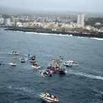 Miles de personas aguardaron durante horas en el muelle la llegada y posterior embarcación de la Virgen y San Telmo. / M. PÉREZ Y MARTÍN PÉREZ TRUJILLO