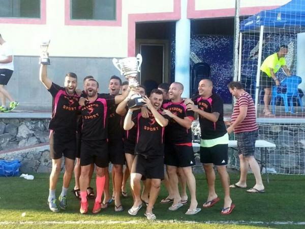 Los flamantes campeones posan con el trofeo conquistado. | DA