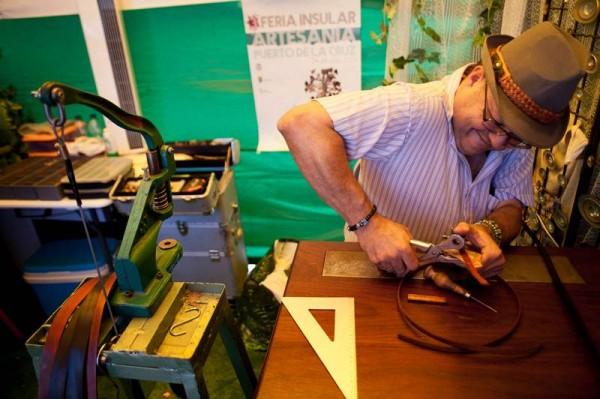 En la feria exponen profesionales vinculados a más de una veintena de modalidades artesanas. / F. PALLERO
