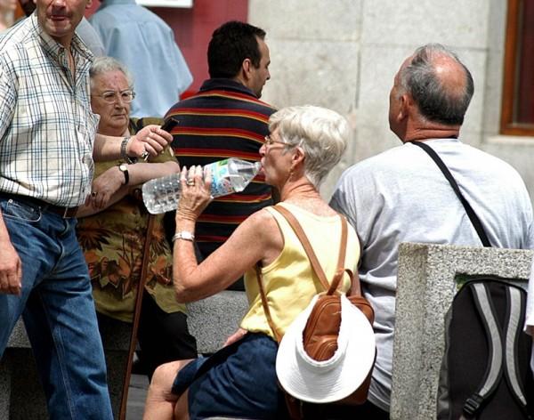 Una buena y adecuada hidratación es básica para combatir los efectos de las altas temperaturas. / DA