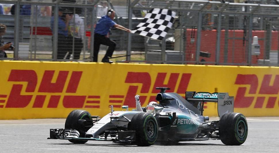 Hamilton cruzando la meta en el GP de Gran Bretaña.   REUTERS