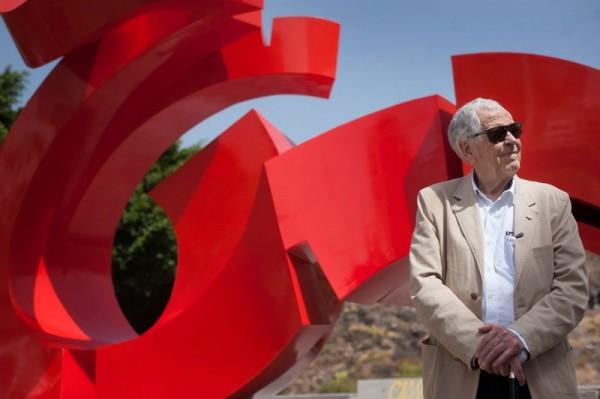 El artista Martín Chirino, ayer, junto a la pieza escultórica Lady Tenerife. / FRAN PALLERO