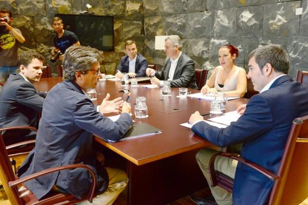 En primer plano, Andrés Orozco (Caixabank), Patricia Hernández y Fernando Clavijo, ayer en Santa Cruz de Tenerife. / DA