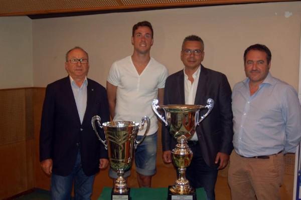 Las copas del torneo fueron expuestas en la sala de prensa. | DA