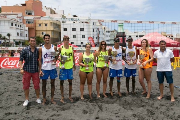 Las parejas ganadoras, con los representantes de Coca-Cola y el edil de Deportes de Puerto de la Cruz. | DA