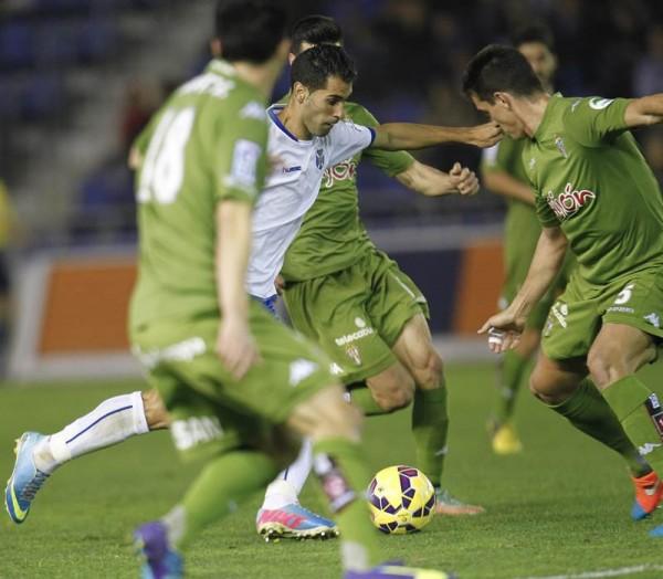Moyano, en un lance del Tenerife-Sporting de la temporada pasada en el estadio. / SANTIAGO FERRERO