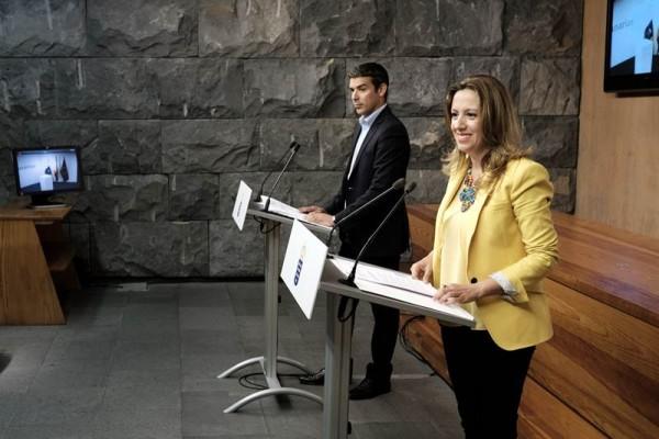 Narvay Quintero, portavoz y consejero, junto a Rosa Dávila, consejera de Hacienda, en rueda de prensa. | DA