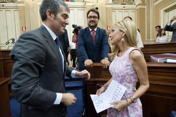 Navarro habla con Clavijo, junto a Antona, en el pleno de toma de posesión de los diputados. | FRAN PALLERO
