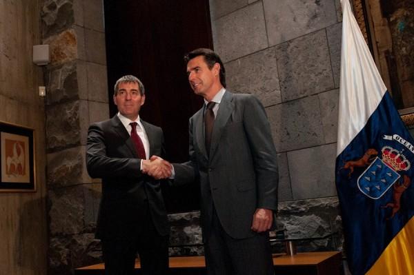 Soria y Clavijo se saludan, a las puertas de la sede de Presidencia en la capital tinerfeña. / FRAN PALLERO
