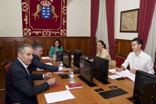La Mesa del Parlamento de Canarias, en su primera reunión de la novena legislatura. / DA