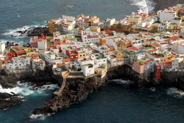 El barrio portuense de Punta Brava lleva años con problemas de filtraciones y desprendimientos. / M. P. P.