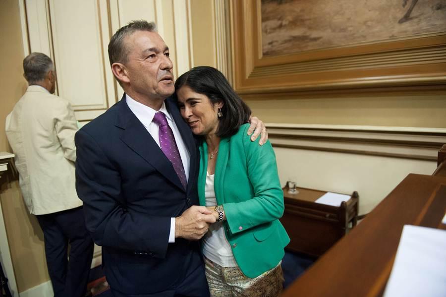 Paulino Rivero abraza a la presidenta del Parlamento canario, Carolina Darias. | F. P.