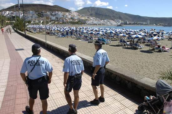 Los británicos agradecen que la presencia policial sea constante en las calles del Sur. | DA
