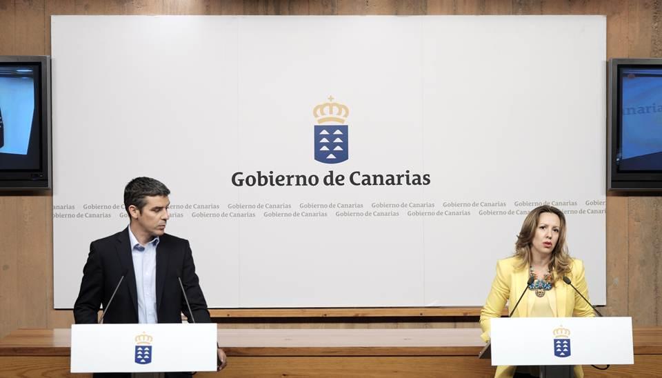 La consejera de Hacienda, junto al portavoz del Gobierno, en una comparecencia de esta semana. / DA