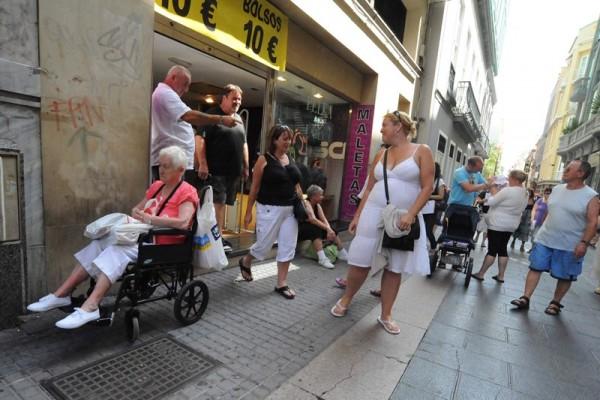 Los miles de turistas que visitan Tenerife cada año son el objetivo de la campaña de Zona Centro. / J.G.