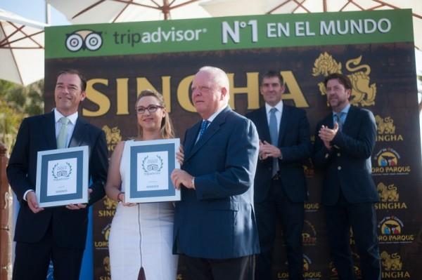 Blanca Zayas, de TripAdvisor, entregó a Wolfgang Kiessling y a su hijo Christoph el premio que acredita al Siam Park como el mejor parque acuático del mundo. / FRAN PALLERO