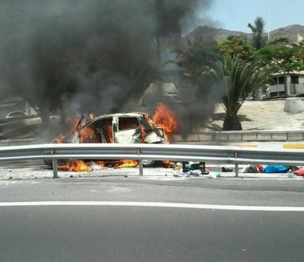 Las llamas ocasionadas por el siniestro alertaron a los vecinos de esta zona del Sur. / LOS JARDINEROS