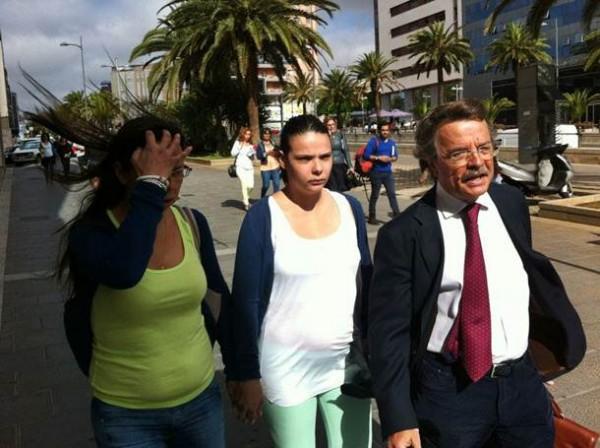 Imagen de archivo de Saida, franqueada por su madre y su abogado, Juan José Rodríguez. | DA