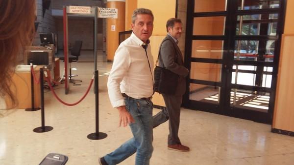 El periodista Guillermo García, ex responsable de la Tele Canaria, a su llegada a los juzgados. / EP