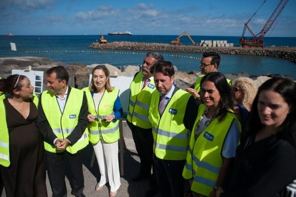 Ana Pastor acudió a San Andrés para comprobar el avance de las obras del dique semisumergido que financia el Estado a través del puerto. / FRAN PALLERO