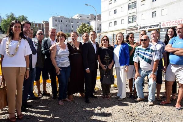 Los vecinos de La Candelaria se fotografiaron con Pastor en las obras de las que serán sus futuras casa. / DA