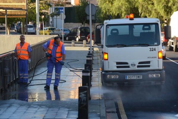 El servicio de limpieza y de recogida de basuras está en manos de Urbaser hasta abril de 2016. / S.M.