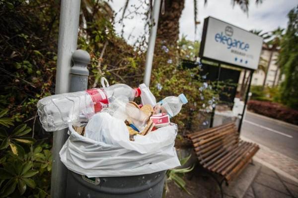 Muchos fines de semana y festivos la basura se acumula en las papeleras y contenedores, ofreciendo una imagen dañina para la ciudad. | A. GUTIÉRREZ