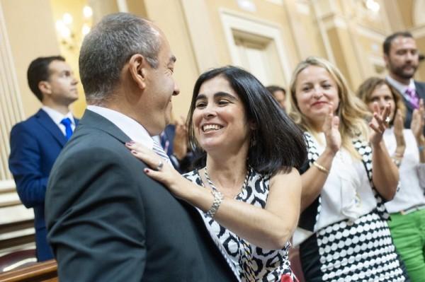 Julio Cruz felicita a Carolina Darias por su elección como presidenta del Parlamento de Canarias. / FRAN PALLERO