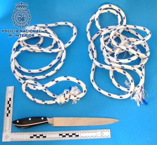 Cuchillo y cuerdas incautadas al detenido. | POLICÍA