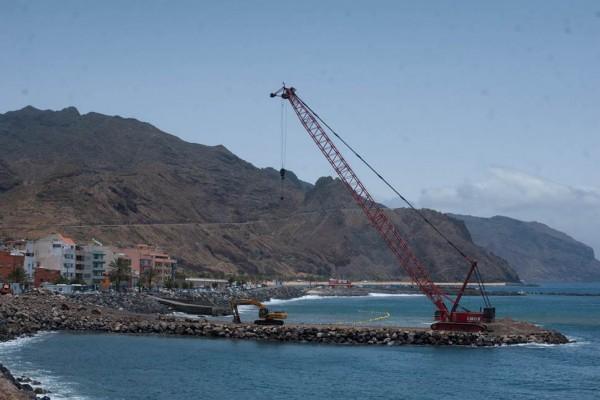 Los camiones con los bloques de hormigón se desplazarán por el contradique hasta el pie de la grúa, que se encargará de colocarlos en el mar. | F. P.
