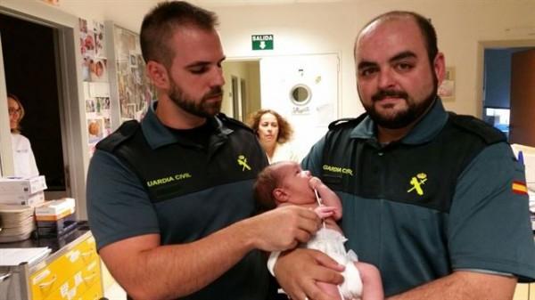 Los guardias civiles con el bebé en brazos. | CEDIDA