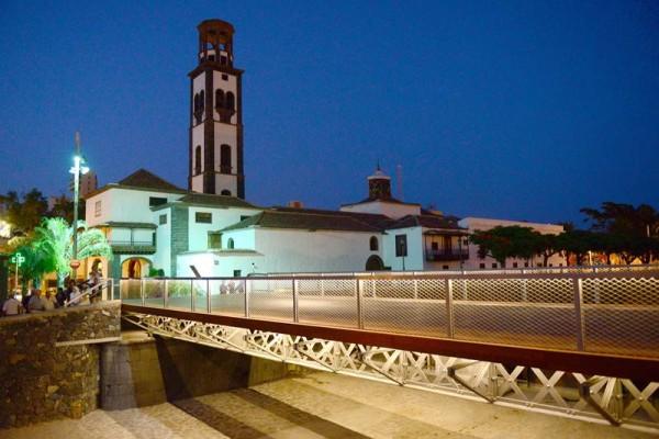 La inauguración del puente de El Cabo se realizó ayer por la noche, acto que también sirvió para comprobar la iluminación de la zona. | SERGIO MÉNDEZ