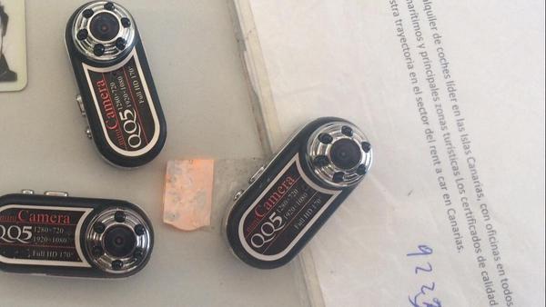 Las tres minicámaras intervenidas al detenido tras la denuncia de los menores de edad. / <a href=