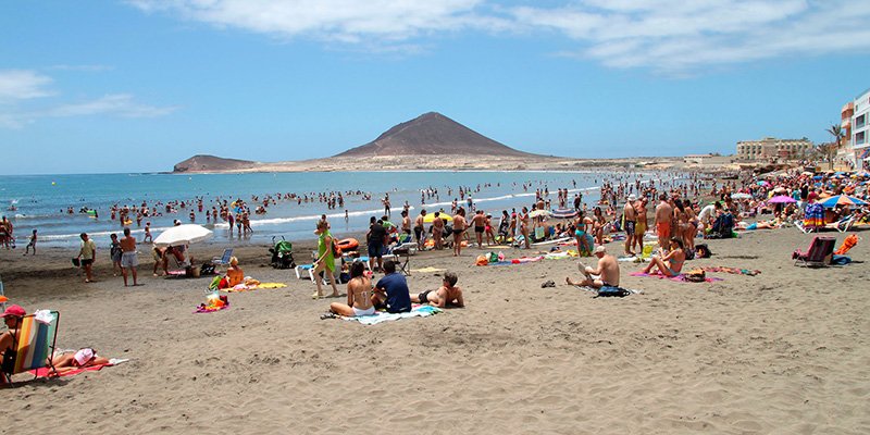 Las playas de El Médano llevaban casi dos meses sin vigilancia al terminar la concesión, que ahora se ha sacado de nuevo a concurso. / DA