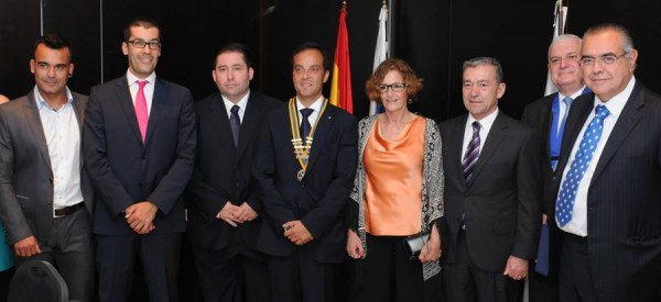 Los premiados, junto a Paulino Rivero y Eduardo Chinea, nuevo presidente de los rotarios de Las Ramblas. | DA