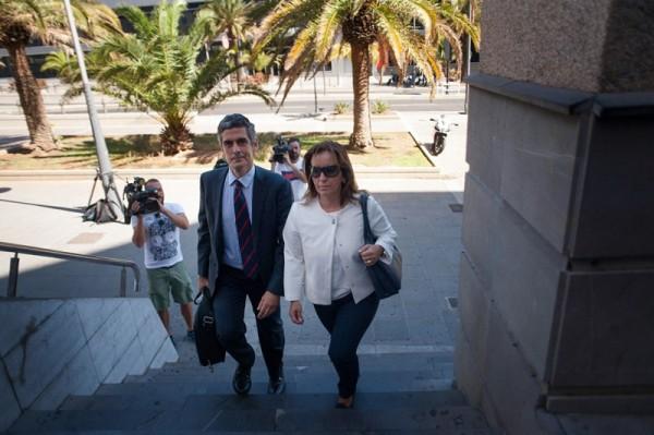 Llegada al Palacio de Justicia de la directora financiera de RTVC, Lourdes Reyes, ayer. / FRAN PALLERO