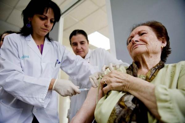 Los mayores y personas con patologías crónicas deben vacunarse cada año para prevenir la gripe. / DA