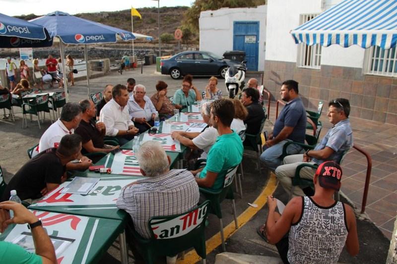El alcalde Rodríguez Fraga explica a los vecinos de El Puertito el proyecto turístico. / DA