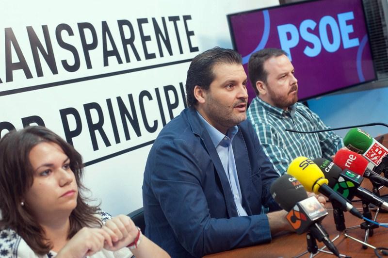 Elena Mateo, José Ángel Martín y Andrés Casanova, ayer, durante la rueda de prensa del PSOE. / F. PALLERO