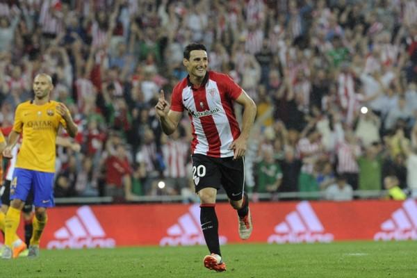 Aritz Aduriz celebra el segundo tanto de su cuenta particular frente  a los catalanes| J. E.