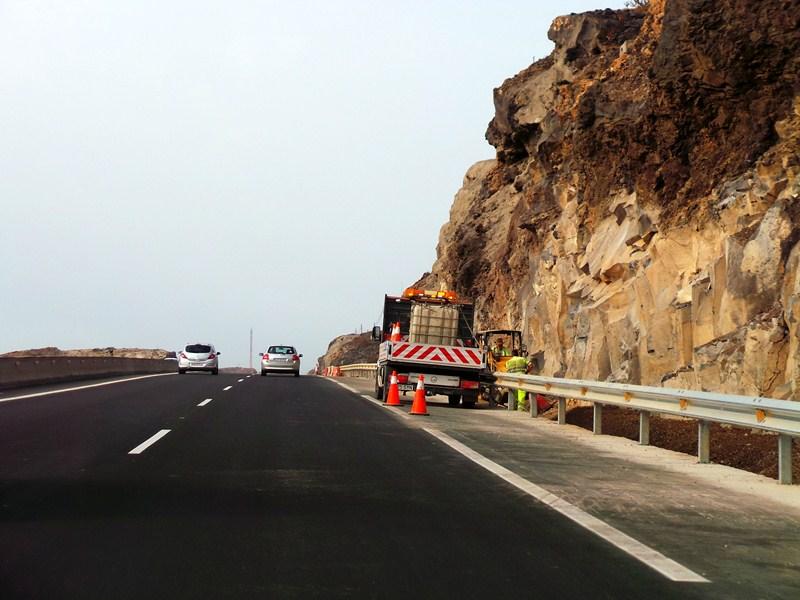 Operarios de mantenimiento en la autopista del Sur. / DA