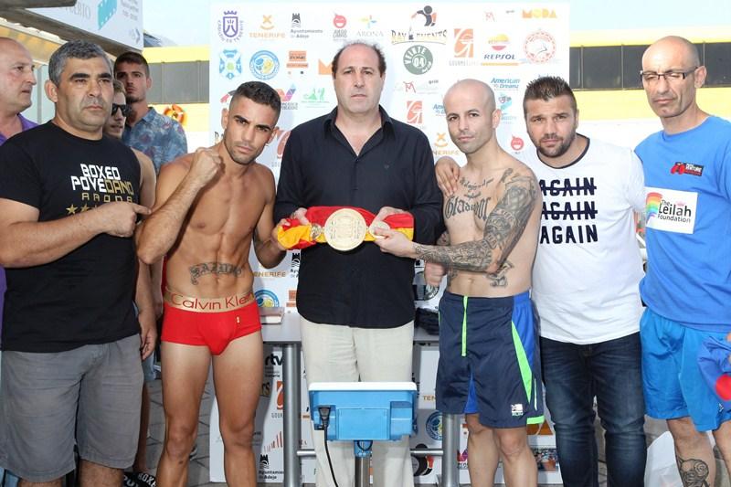 Sandro Domínguez y Antonio Rodríguez sostienen el cinturón junto a Alfonso Redondo. / GERARD ZENOU