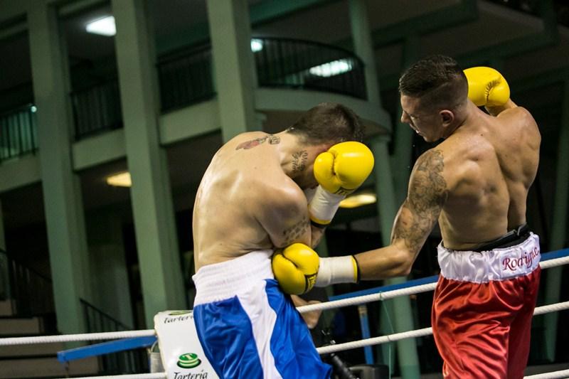 Cristian Rodríguez golpea abajo durante un combate anterior. / ANDRÉS GUTIÉRREZ
