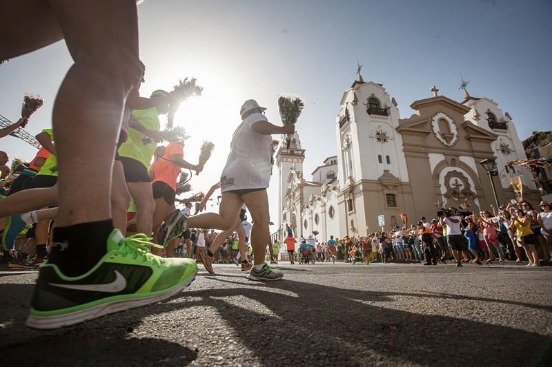Llegada a la Basílica de los primeros corredores de la marcha atlética . / ANDRÉS GUTIÉRREZ