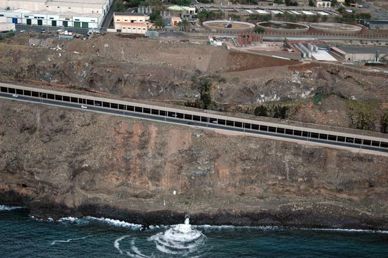 La falta de capacidad de la depuradora es la causa por la que Santa Cruz se ve obligada a verter al mar. / M. P.