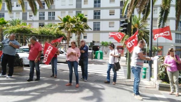 Los delegados destituidos por CC.OO. se manifestaron ayer durante la reunión de Ashotel. / DA