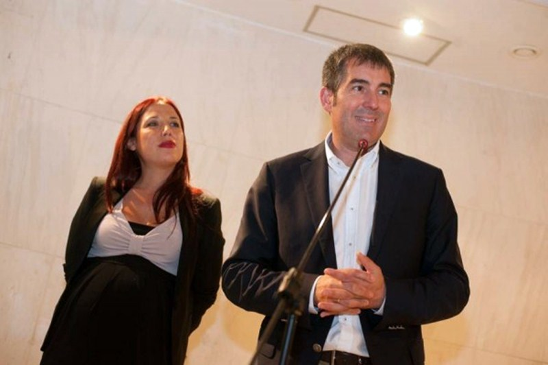 El presidente y la vicepresidenta del Gobierno canario, el día que firmaron el pacto CC-PSOE. / FRAN PALLERO
