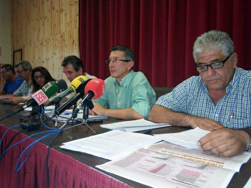 Los delegados destituidos de CC.OO. de la mesa de negociación, durante la rueda de prensa de ayer. / EP